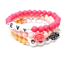 In opdracht gemaakt:armband met naam, armband met bloem, sosarmband