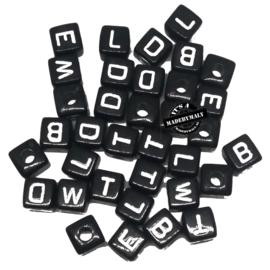 vierkante alfabetkralen zwart, 6x6mm per stuk