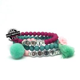 In opdracht gemaakt: naamarmband met pompom, armband met kwastje en roos en telefoonnummerarmand