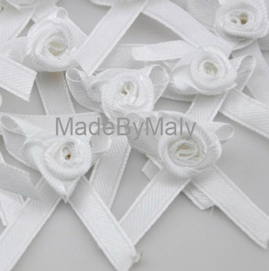 1 wit satijnen roosje met strikje