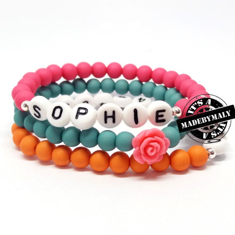 foto volgt nog: Zelfmaakpakket: Prachtige sos armband, naam armband  en bloem armbandenset  (3 armbanden) (zilverkleurige letterkralen)  Kies zelf je kleuren