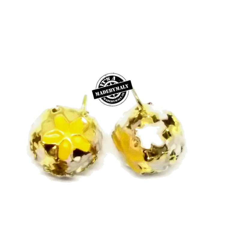 Gesloten belletje 15 mm goudkleurig met geel bloemmotief