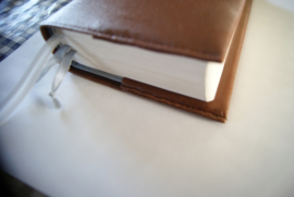 Bijbelhoes van bruin kunstleer en leren vetersluiting voot HSV 2017