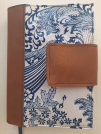 Bijbelhoes Barok blauw  met vegan leather rug en sluiting voor oranje  NBV