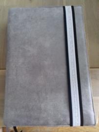 Bijbelhoes van licht grijs geruwd kunstleer (suedine)