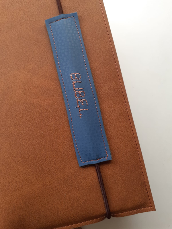 Vegan leather label aan elastiek met eigen tekst