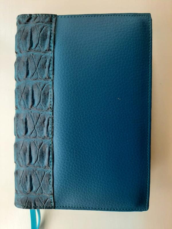 Luxe bijbelhoes pacific ocean  vegan leather met caiman sable rug