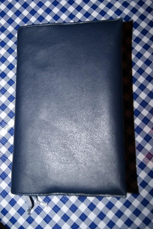 Bijbelhoes donker blauw kunstleer voor NBV (oranje)