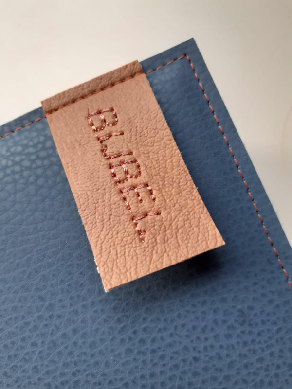 Tekst op vegan leather label aan bijbelhoes
