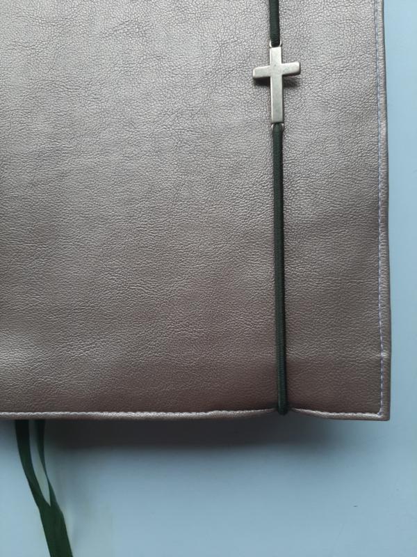 Bijbelhoes van brons kunstleer met  kruis voor NBV studiebijbell