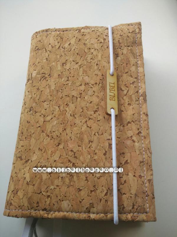 Kurk bijbelhoes eventueel met houten bijbellabel 'klein'