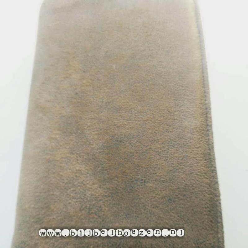 Bijbelhoes van licht bruin geruwd kunstleer (suedine)