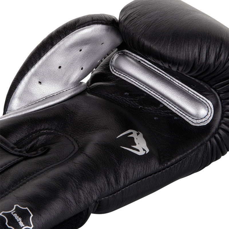 VENUM GIANT 3 0 BOXING GLOVES BLACK / SILVER
