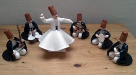Derwisj danser met groep muzikanten