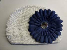 Mutsje gehaakt met blauwe bloem (ab 19)