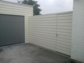 Tuinafsluiting in siding met deur