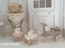 Klein wandelwagentje met konijntje