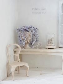 Architectonische Vaas met echte Antieke Kraalbloemen
