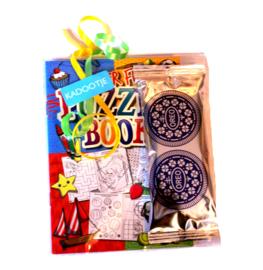 Traktatiezakje met Oreo koekjes en een puzzelboekje