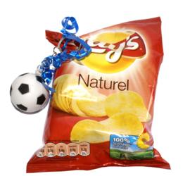 Chips of popcorn met voetbalsleutelhanger
