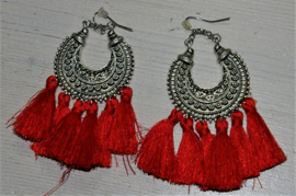 zilverkleurige oorbellen met rode flosjes