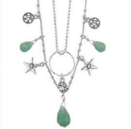 Verzilverde ketting met groene stenen en bedeltjes