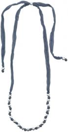Blauwe ketting met zilverkleurige kralen.