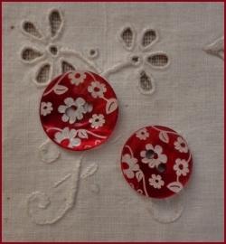 Parelmoeren knoop rood met bloemetjes 18 mm