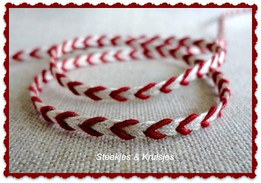 Bandje met rode v-vorm/hartje
