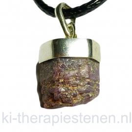Robijn kristal (ruw) met zilv. kapje hanger per st.