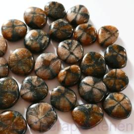 Kruissteen, Chiastoliet, platte edelsteen p.st. * (ø. ca 2 cm)