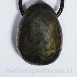 Chalcopyriet-Nefriet (Apachengoud) hanger geboord