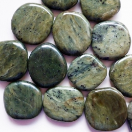 Serpentijn, donker (China Jade) platte edelsteen per st.**