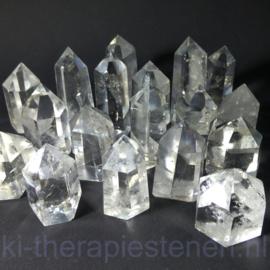 Bergkristal met generatorpunt L. 5,5 cm, B. 2,5 cm.