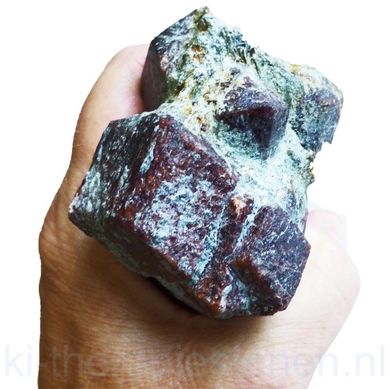 Granaat kristal in glimmer  matrix