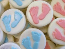Oreo koekjes versieren chocolade mal met Baby voetjes