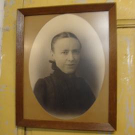 Foto orgineel portret dame in oude  lijst (no 0002)