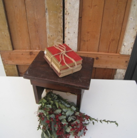Drie oude boeken stapeltje rood creme bruin