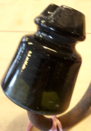 Porselein isolator hoogspanning zwart met beugel
