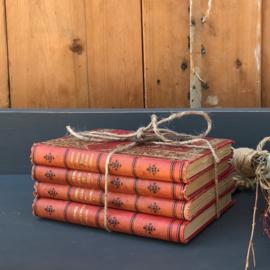 Vier oude boeken rode kaft voor decoratie
