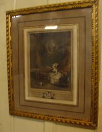 Prent in goudkleurige lijst dame op sofa met passepartout en glas  (no 0028)