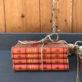 Vier oude boeken rode kaft decoratie VERKOCHT