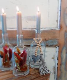 Hanger houten kralen met hartje grijs en pluim