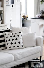 Kussenhoes wit met zwarte plussen