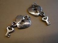 BM 0128 Bedel hart met sleutel, metaal, maat hart: 15x15mm