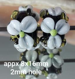IKZW0051: DuoSet Bloemen Zwart & Wit, ca 8x16mm