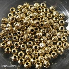Gd 072: Rond bewerkt goudkleur metaal, 4x5mm