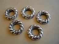 M 050: Gedraaide ring metallook verzilverd klein, 16mm, 4mm dik