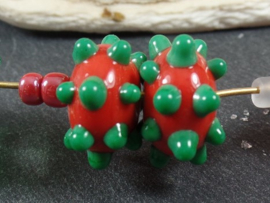 IKRD0705: Pair Red & Green Bumpy's, appx 8x15mm