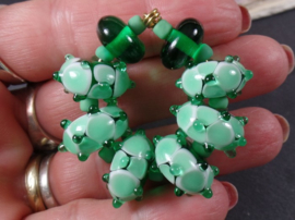IKGR0002: Set van 6 Emerald Kardinaaltjes + spacers, ca 8x15mm